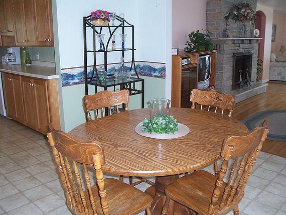 Captain's Quarters cottage dining room